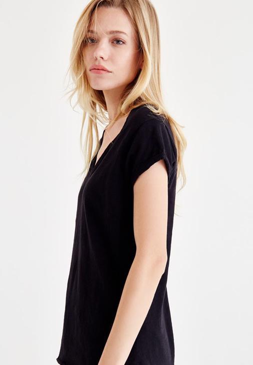 Siyah Yaka Detaylı Tişört