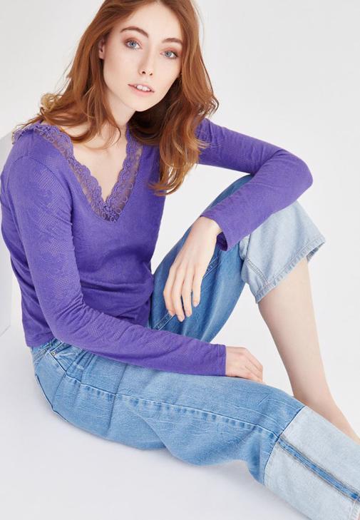 Dantel Detaylı Desenli V Yaka Bluz