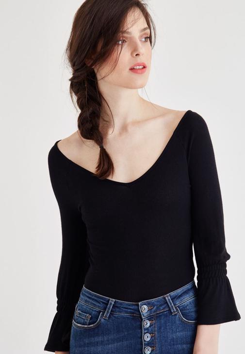 Siyah Geniş Yaka Kol Detaylı Tişört