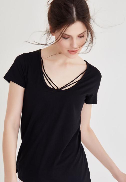 Siyah Biye Detaylı Tişört