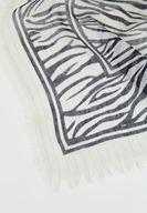 Bayan Siyah Zebra Desenli Püskül Detaylı Şal