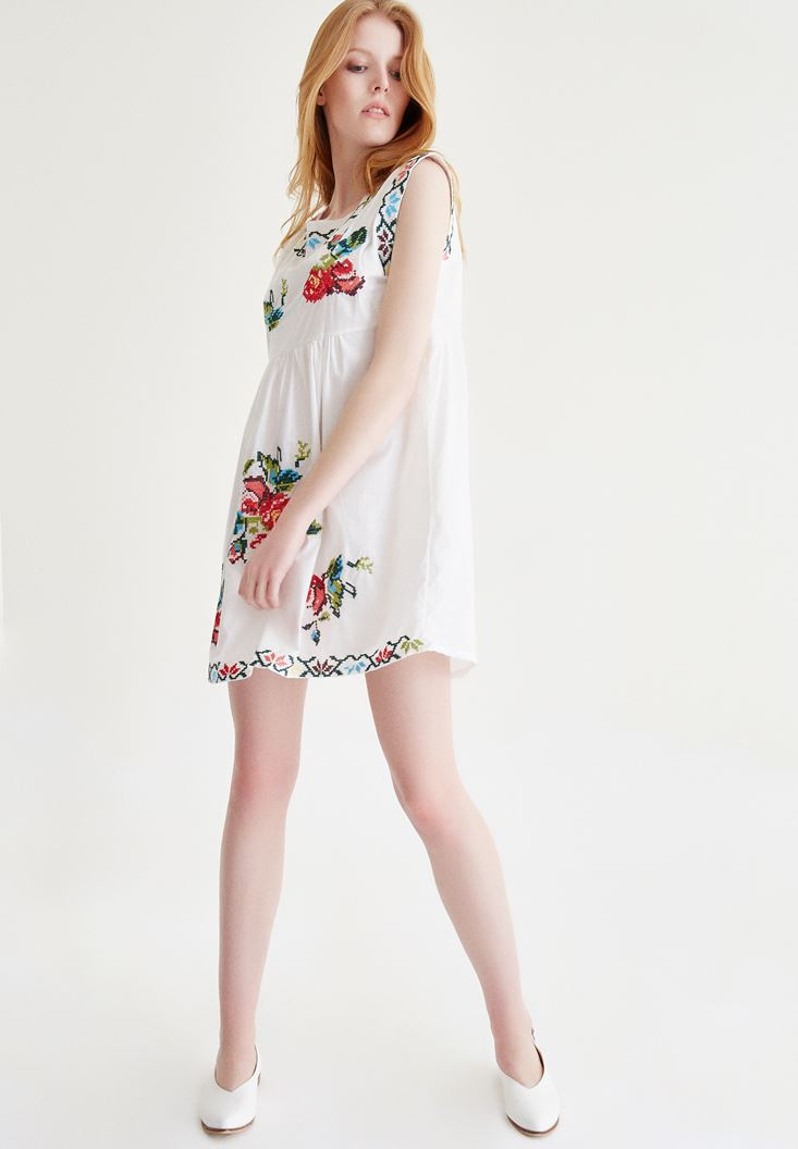 Krem Nakışlı Elbise