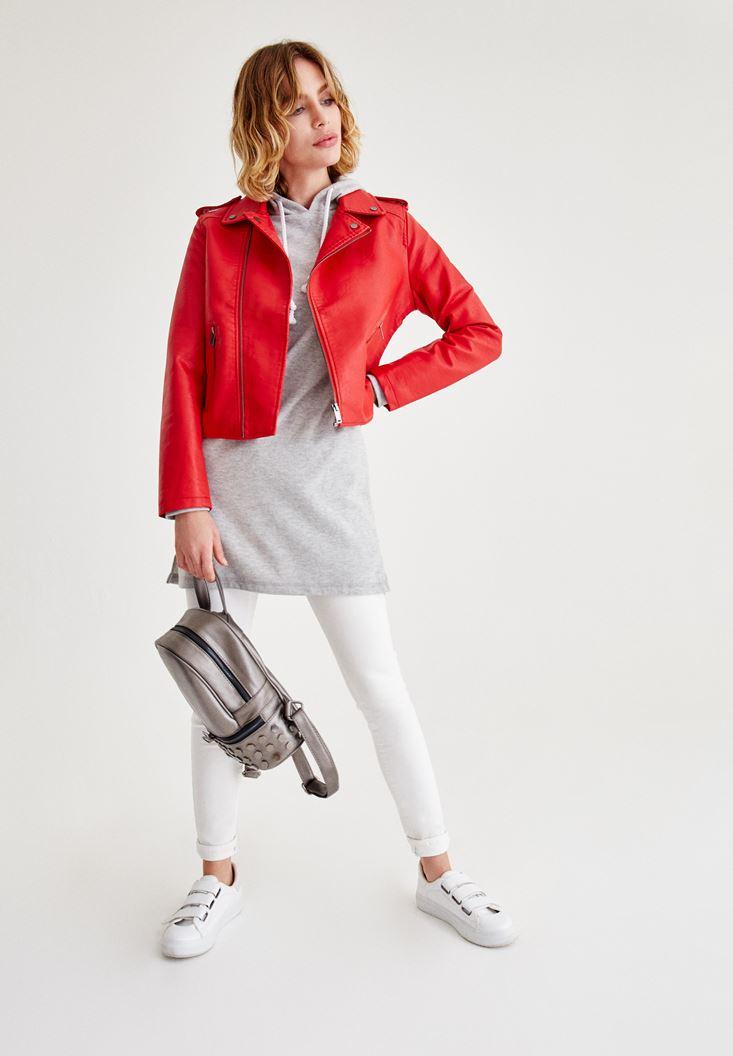 Gri Elbise ve Deri Ceket Kombini