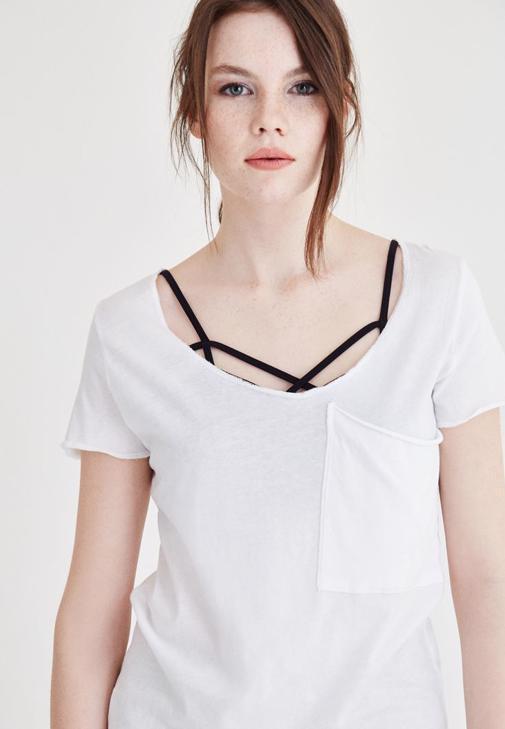 Beyaz Geniş Yaka Cep Detaylı Tişört