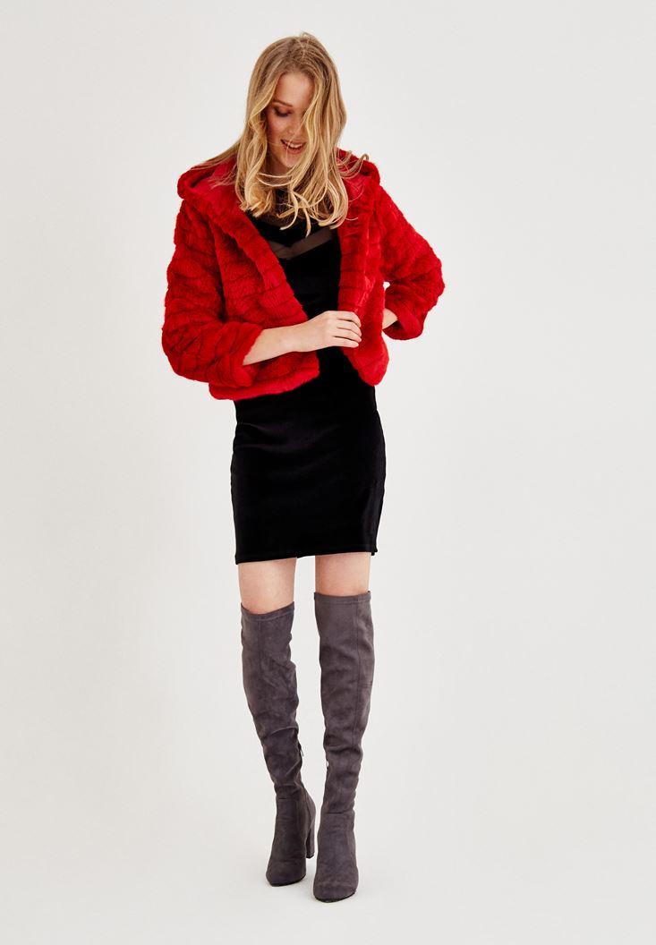 Siyah Elbise ve Kırmızı Kürk Kombini