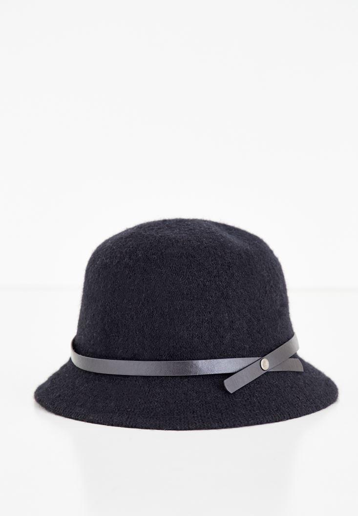 Siyah Deri Kurdele Detaylı Şapka