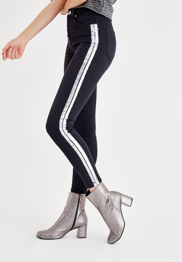 Siyah Yanları Parlak Şerit Detaylı Dar Paça Pantolon