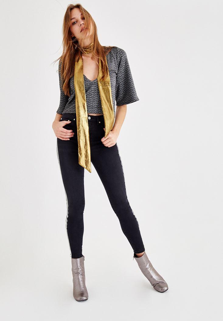 Parlak Bluz ve Siyah Pantolon Kombini