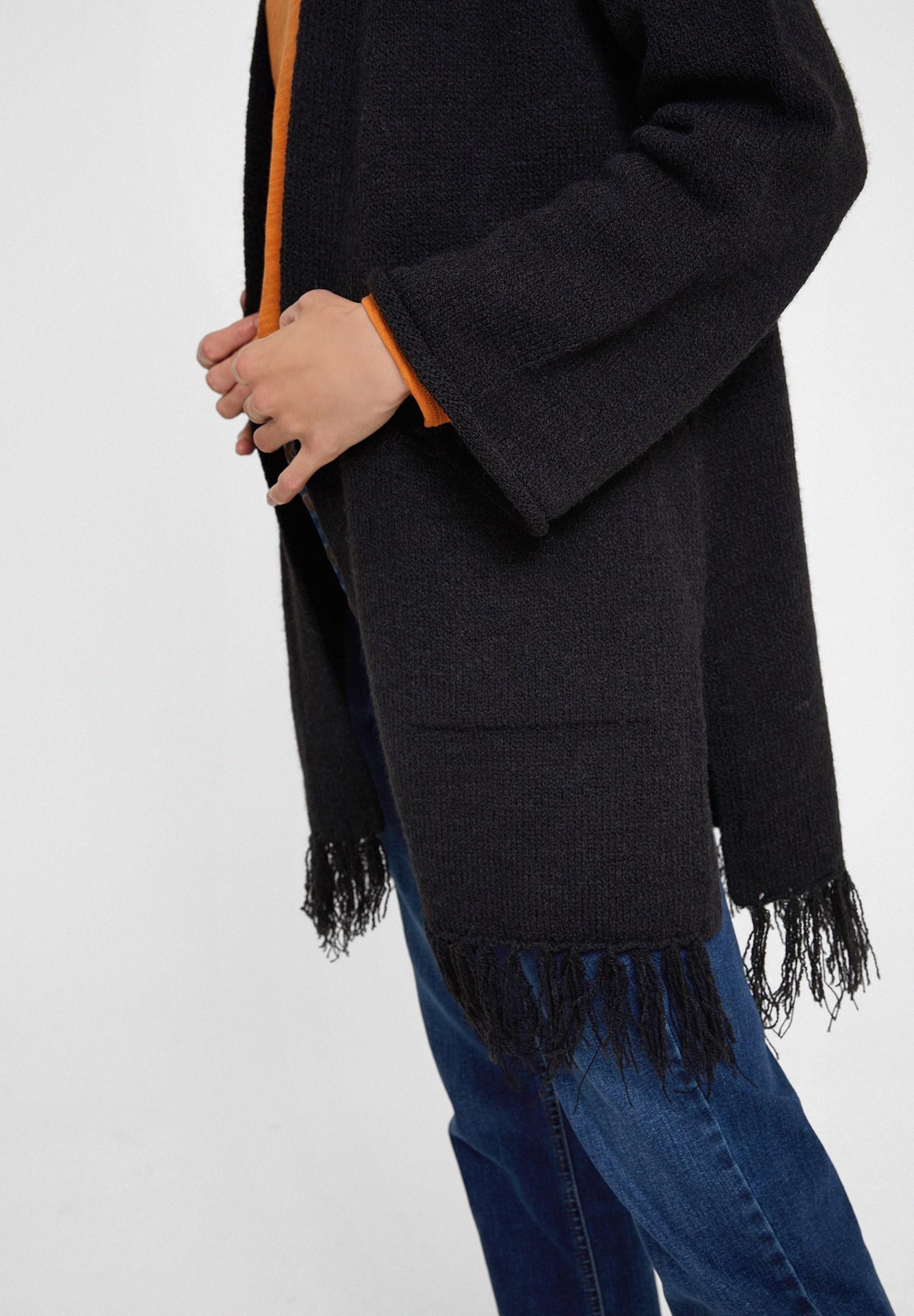 Bayan Siyah Püskül Detaylı Uzun Kollu Hırka