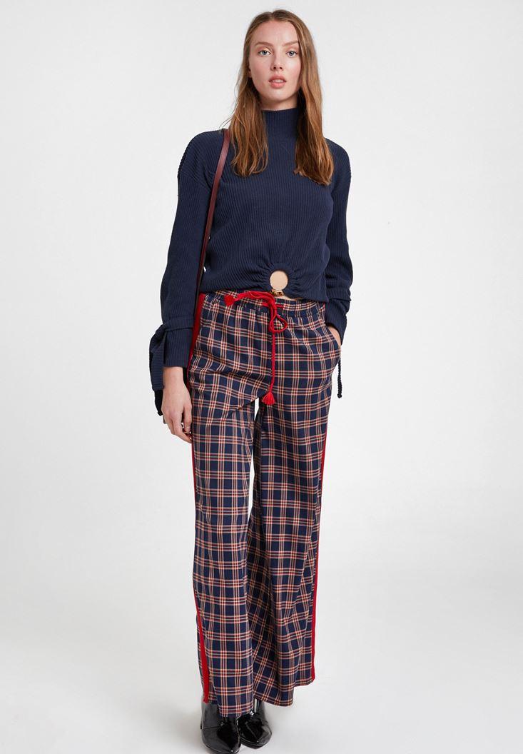 Şerit Detaylı Ekose Pantolon ve Lacivert Triko Kombini