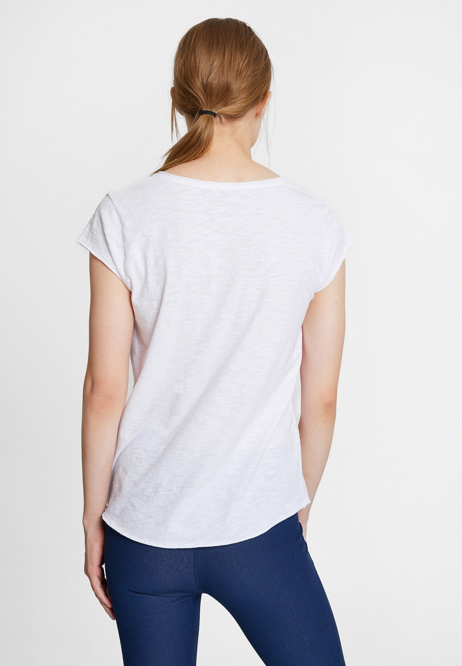 Bayan Beyaz Nakışlı V Yaka Pamuk Tişört