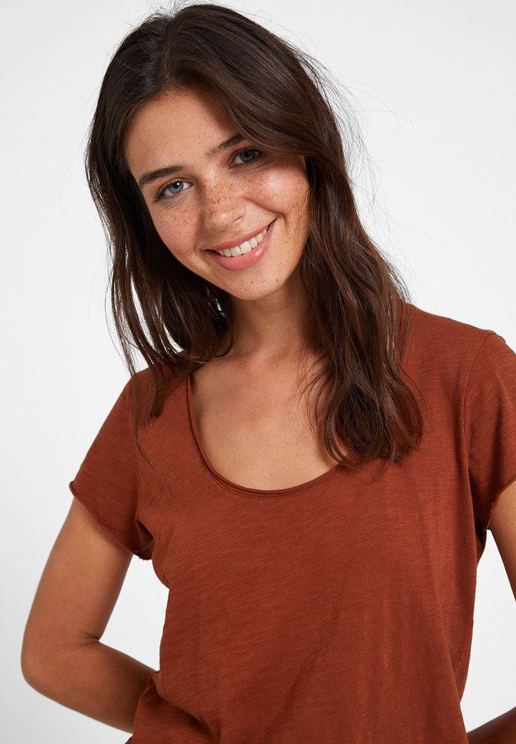 Brown Basic T-shirt with U Neck Details