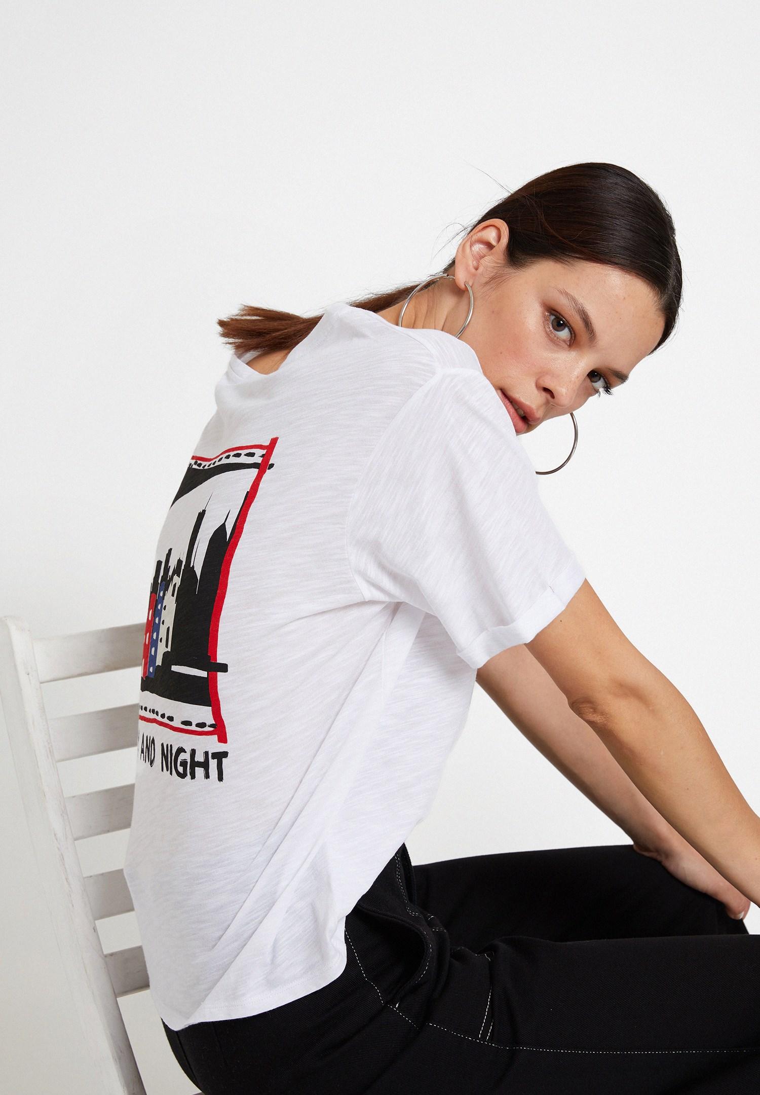 Bayan Beyaz Sırtı Baskı Detaylı U Yaka Tişört