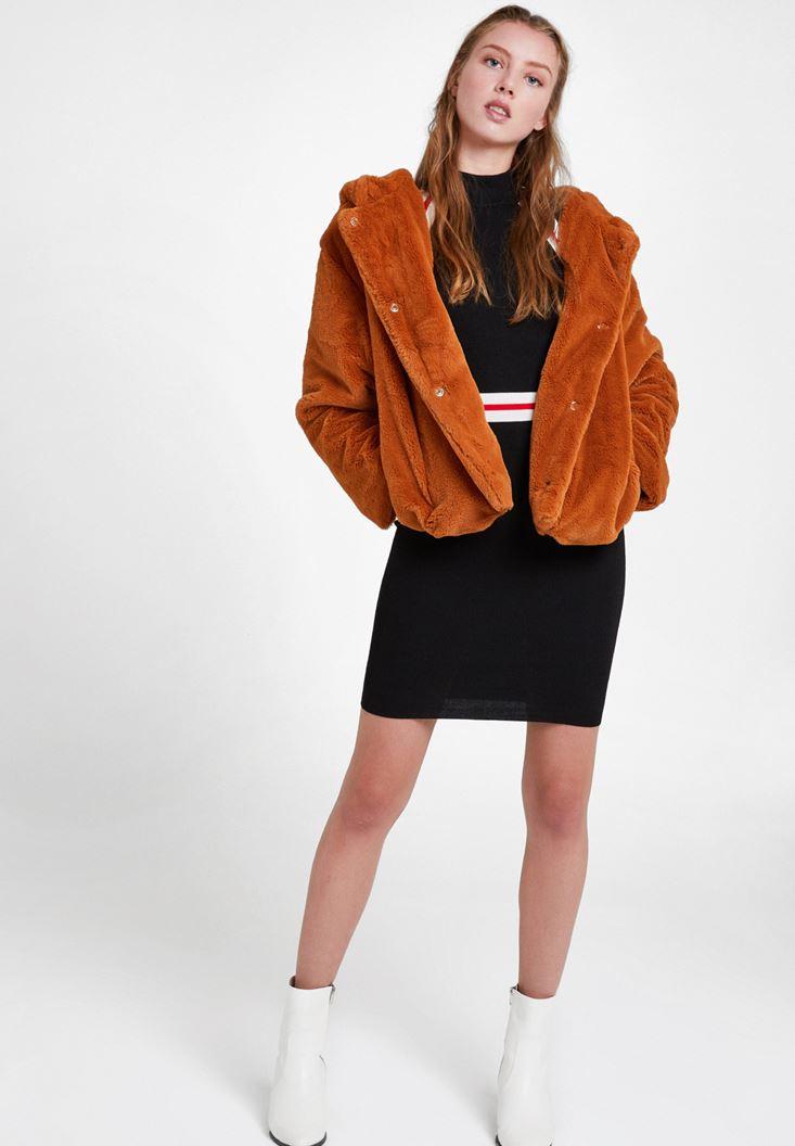 Çizgi Desenli Elbise ve Kahverengi Kürk Ceket Kombini