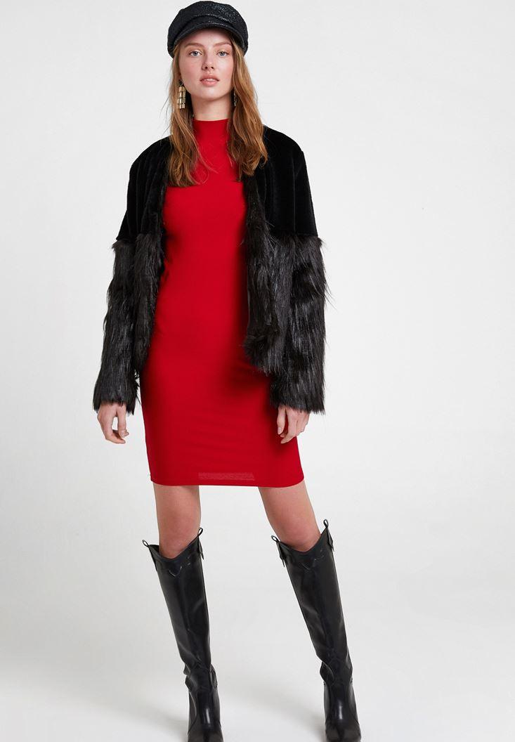 Kırmızı Elbise ve Kürk Ceket Kombini