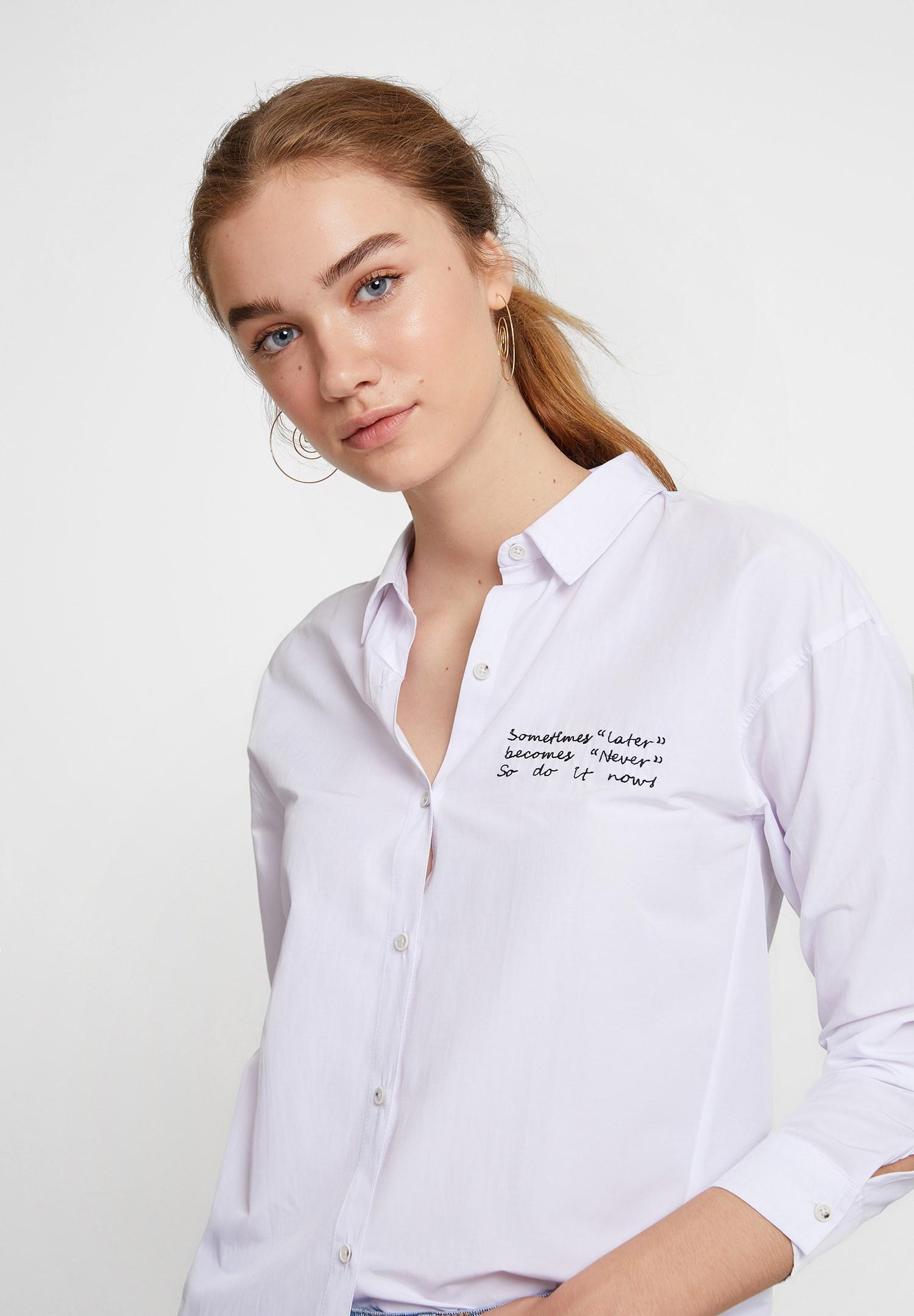 Bayan Beyaz Slogan Detaylı Gömlek