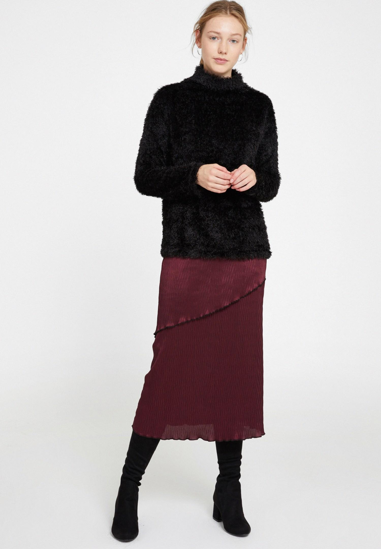 Bayan Siyah Boğazlı Tüy Detaylı Triko