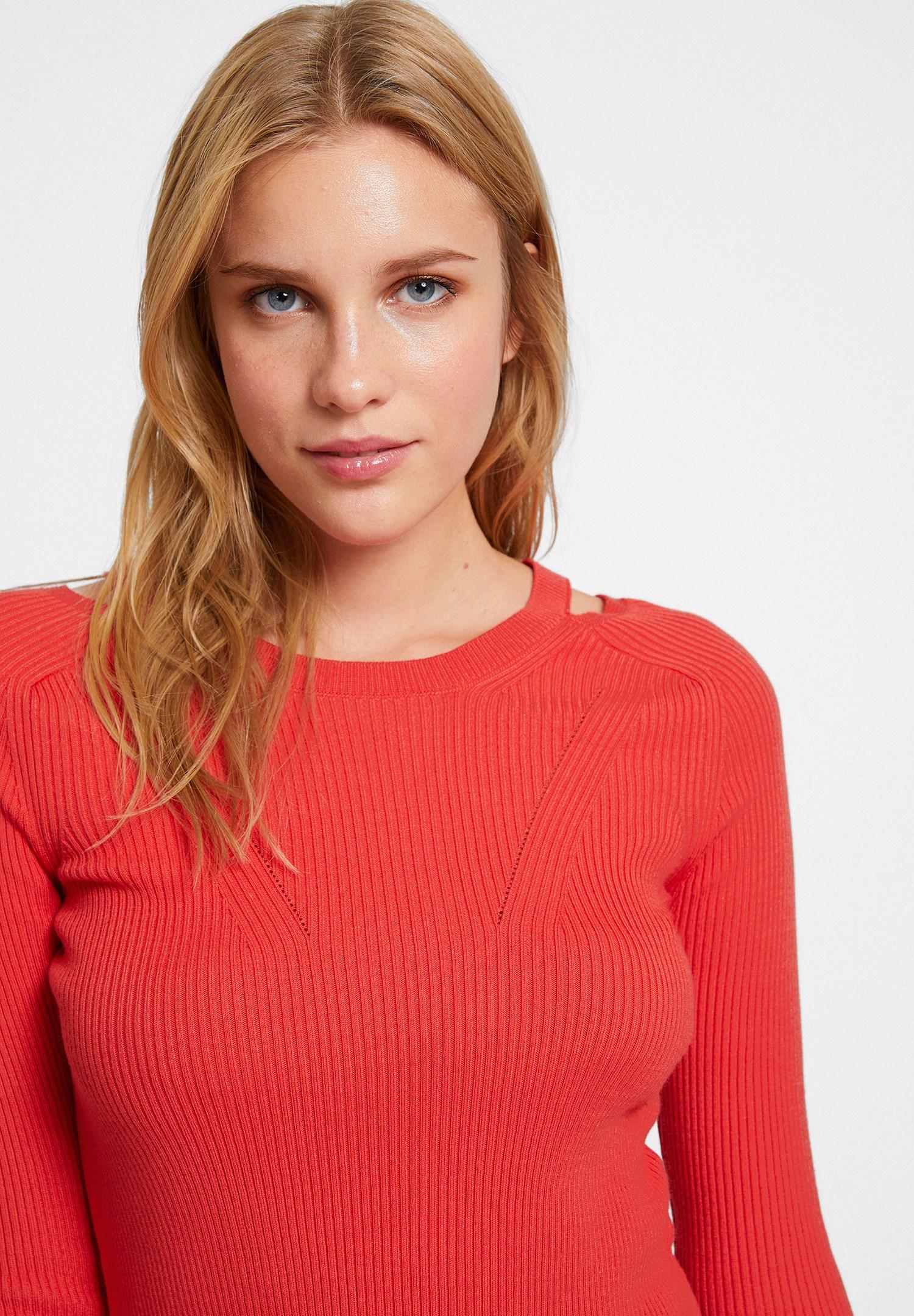 Bayan Kırmızı Yakası Kesik Detaylı Uzun Kollu Triko