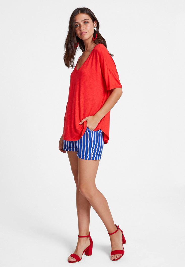 Kırmızı Tişört ve Çizgili Şort Kombini