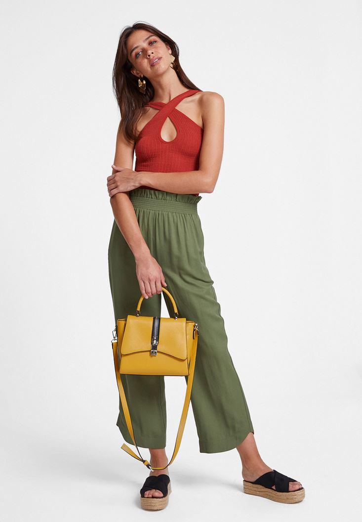 Yeşil Pantolon ve Çapraz Askılı Bluz Kombini