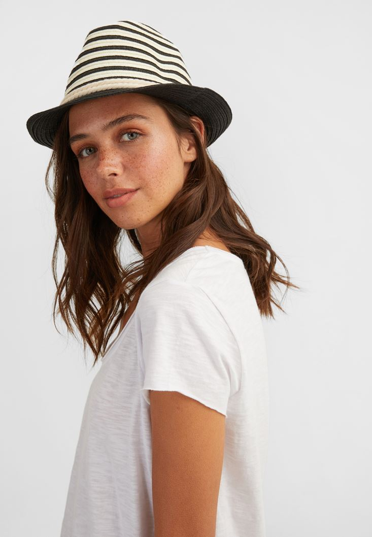 Siyah Şerit Detaylı Şapka
