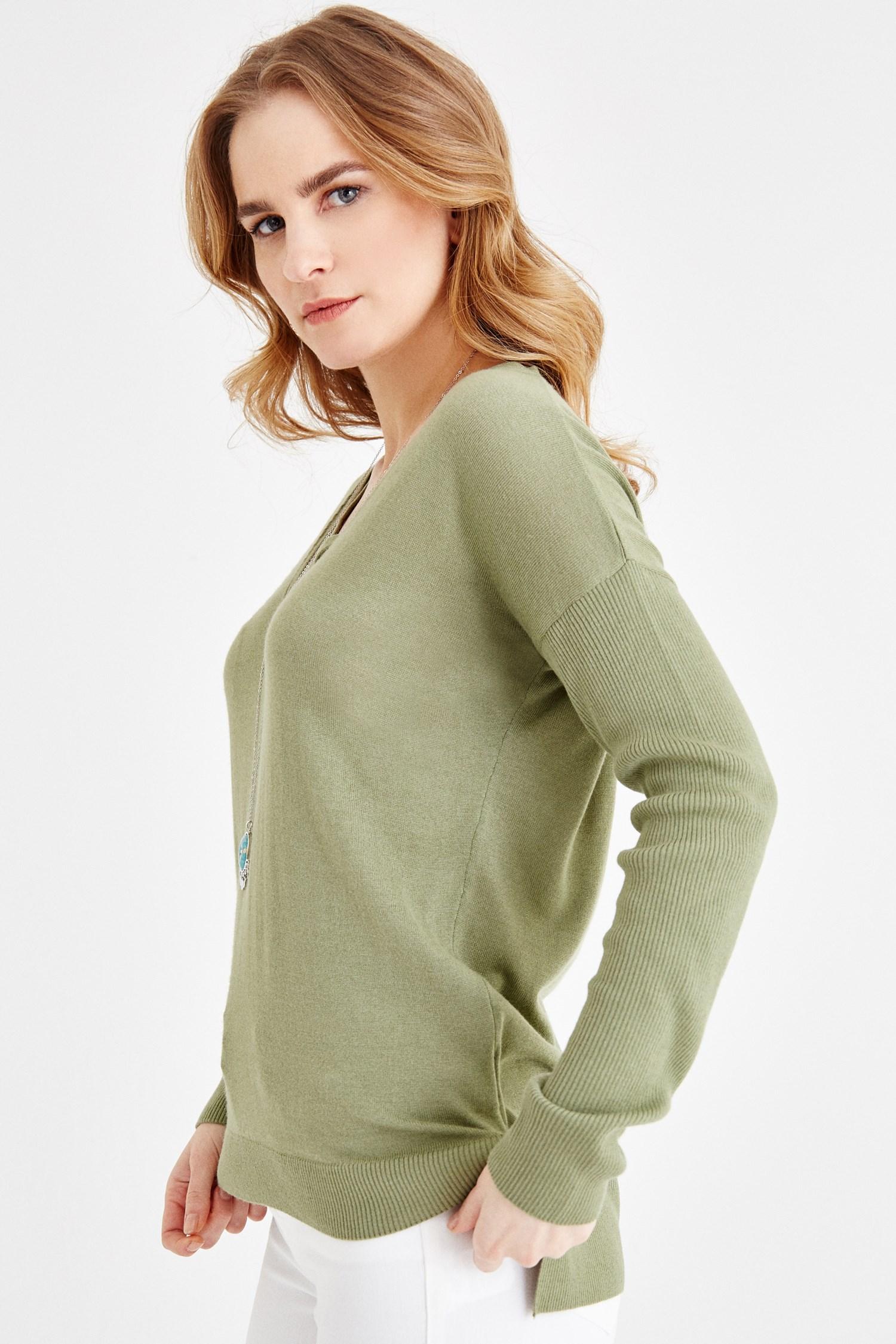 Bayan Yeşil V Yaka Sırt Detaylı Triko