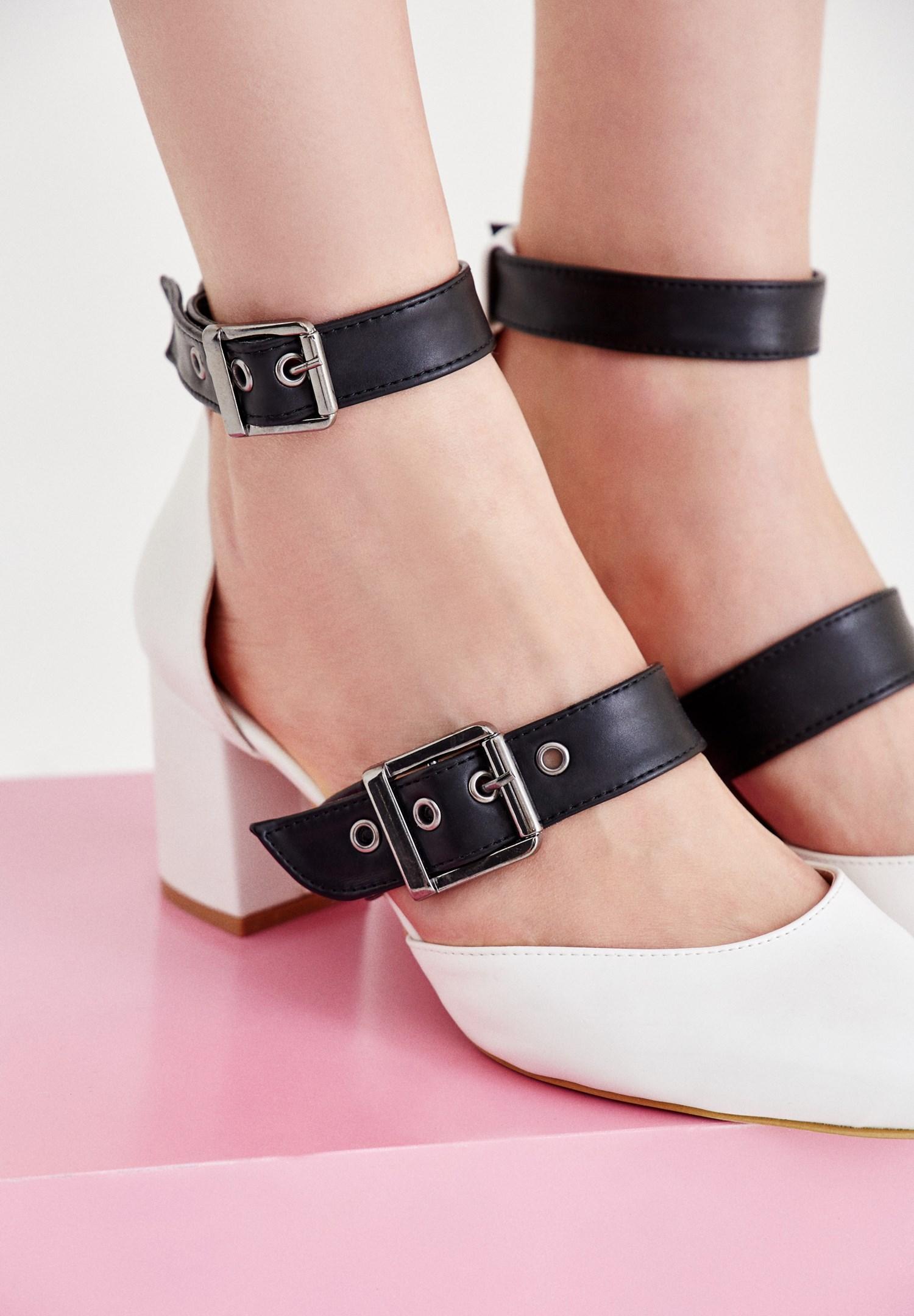 Bayan Beyaz Bant Detaylı Topuklu Ayakkabı