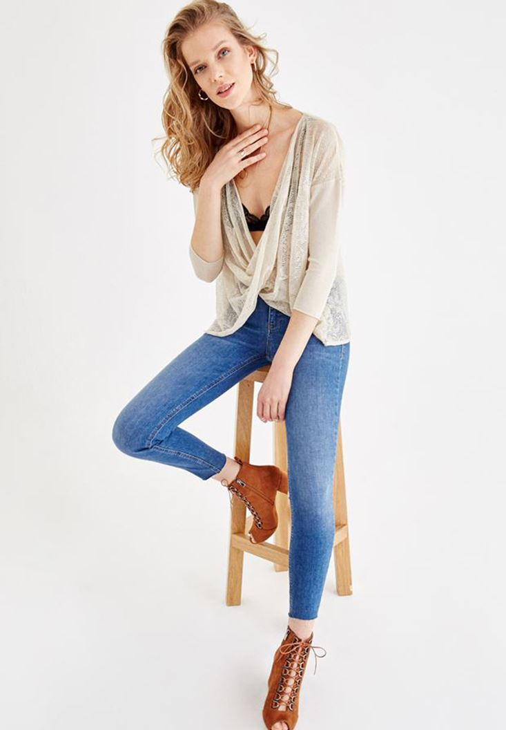 Two Side Knitwear with Neck Details