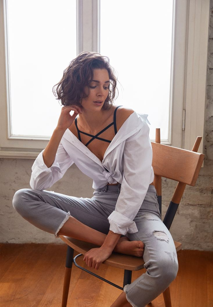 Yırtmaç Detaylı Beyaz Gömlek ve Gri Jean Pantalon