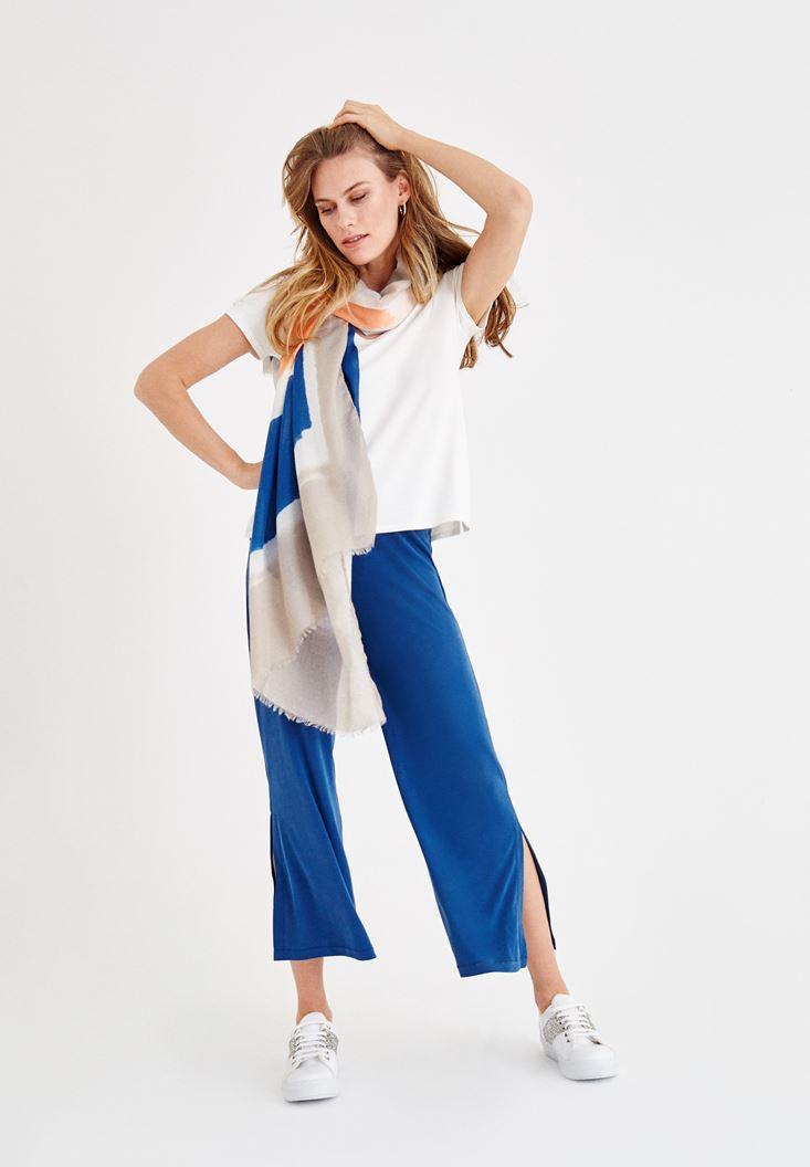Lacivert Yırtmaç Detaylı Pantolon ve Tişört Kombini