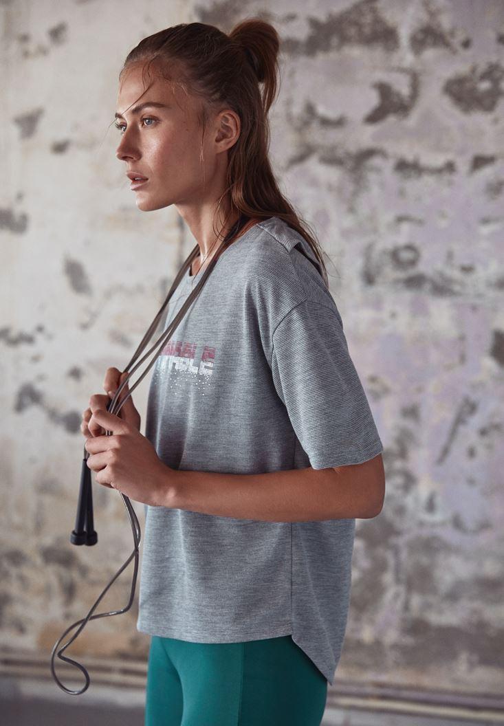 Gri Sırtı Açık Slogan Detaylı Tişört