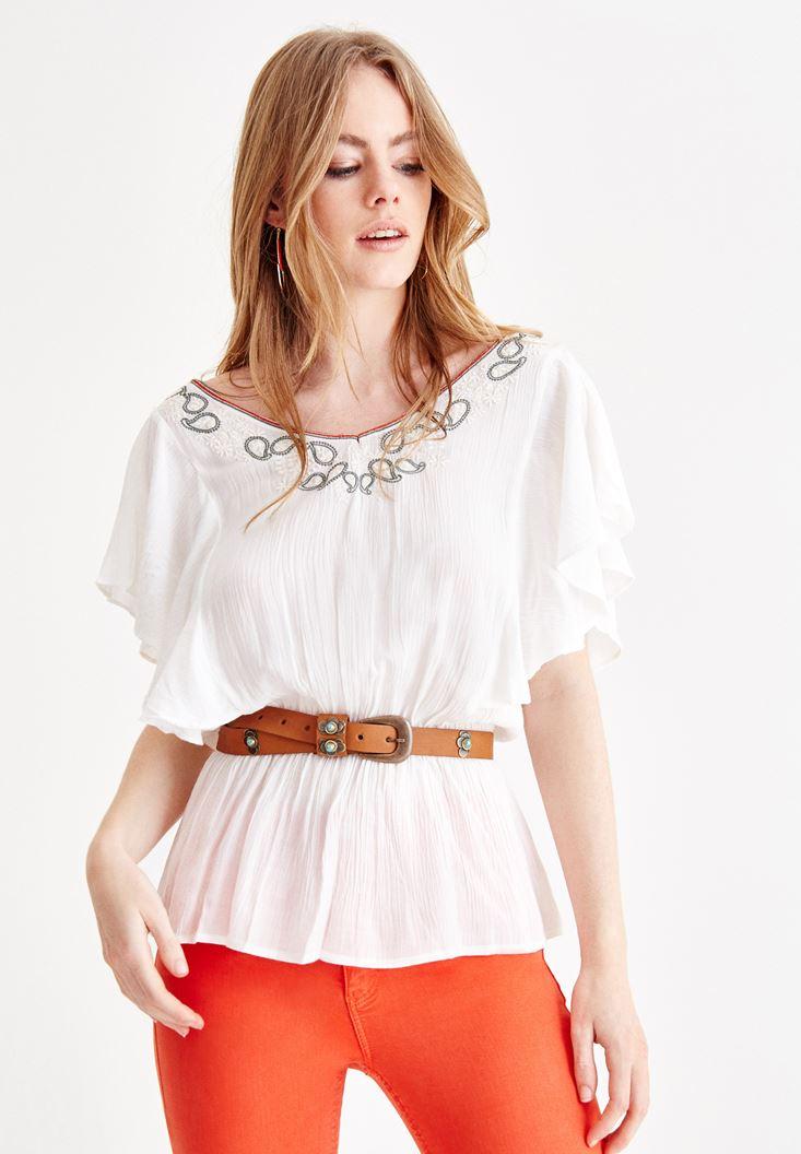 Nakışlı Beyaz Bluz ve Turuncu Pantolon Kombini