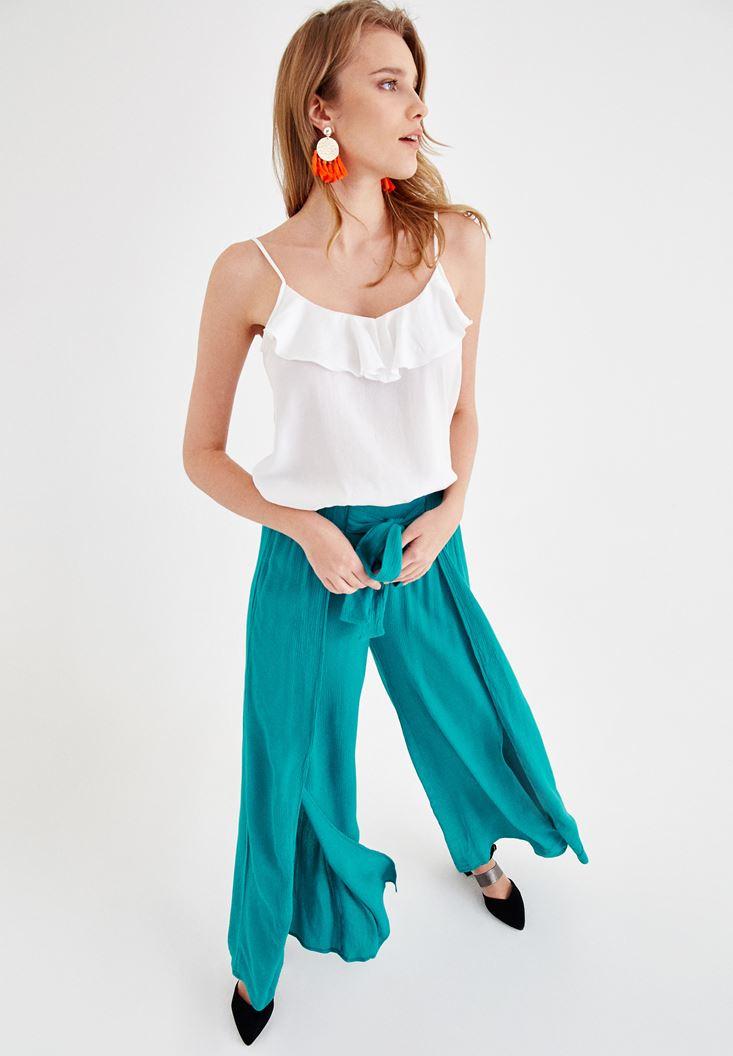 Beyaz Askılı Bluz ve Yeşil Pantolon Kombini