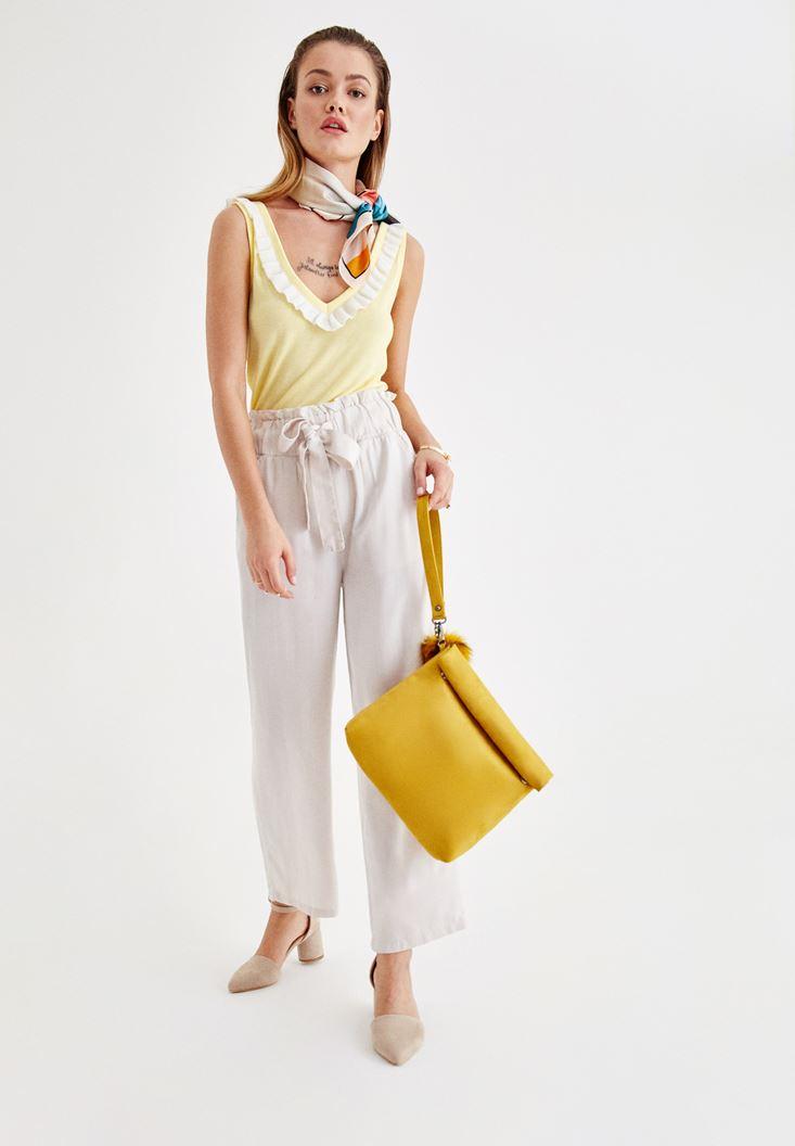 Sarı Askılı Bluz ve Kemer Detaylı Beyaz Pantalon Kombini