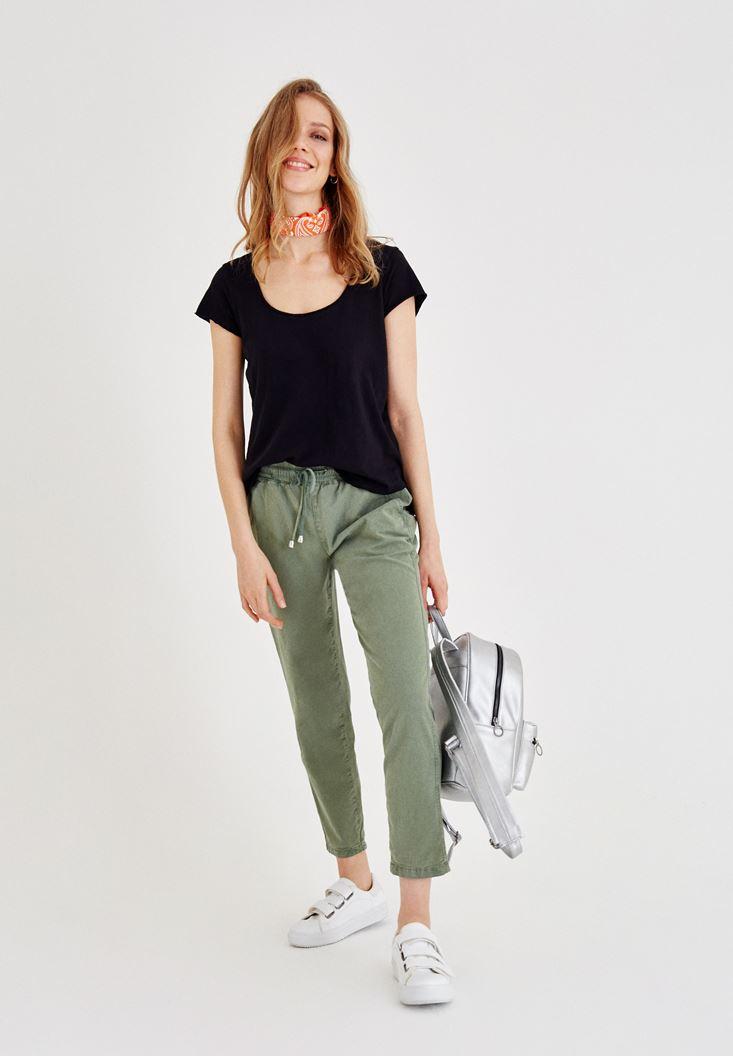 Beli Lastikli Pantolon ve Siyah Tişört Kombini