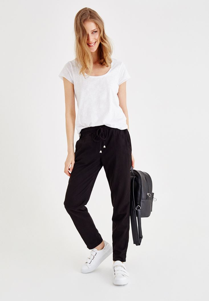 Beli Lastikli Pantolon ve Beyaz Tişört Kombini