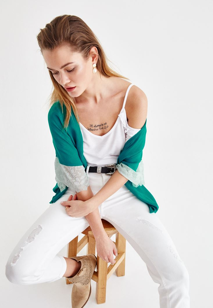 Dantel Detaylı Ceket ve Beyaz Jean Kombini