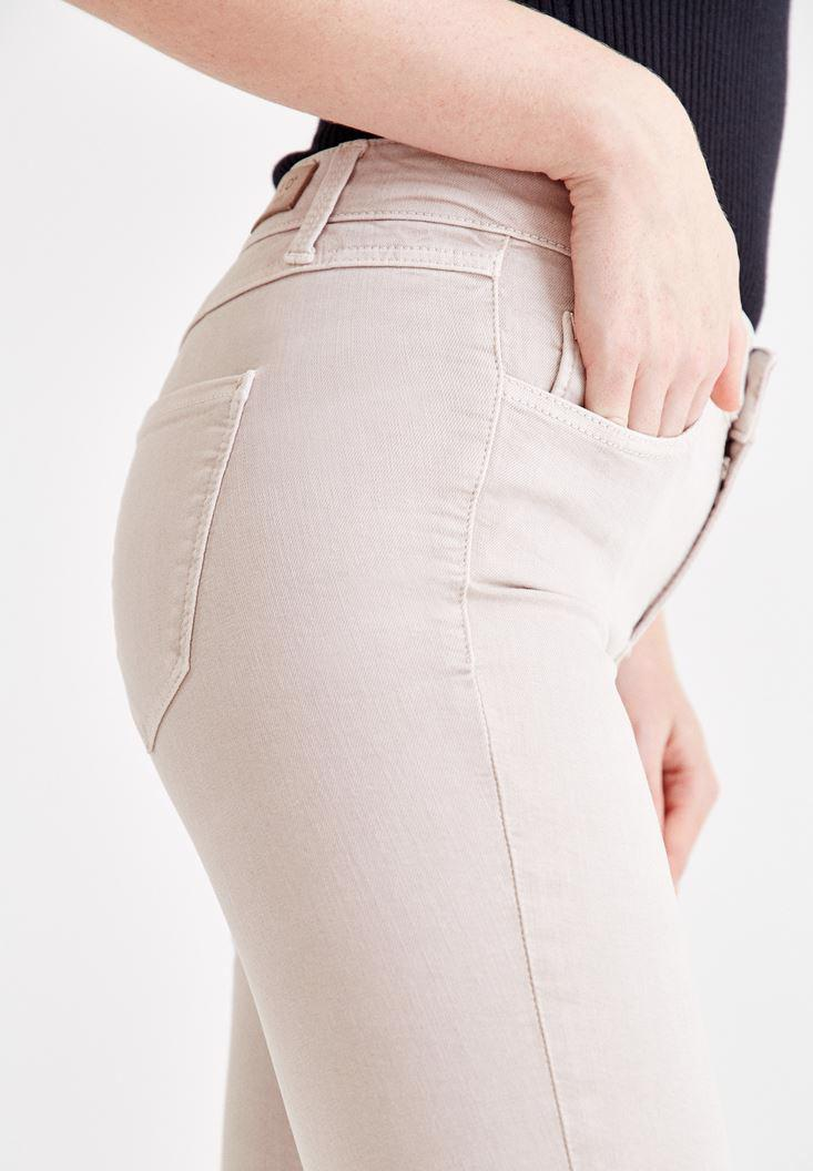 Women Cream Skinny Pants with Mid Rise Details