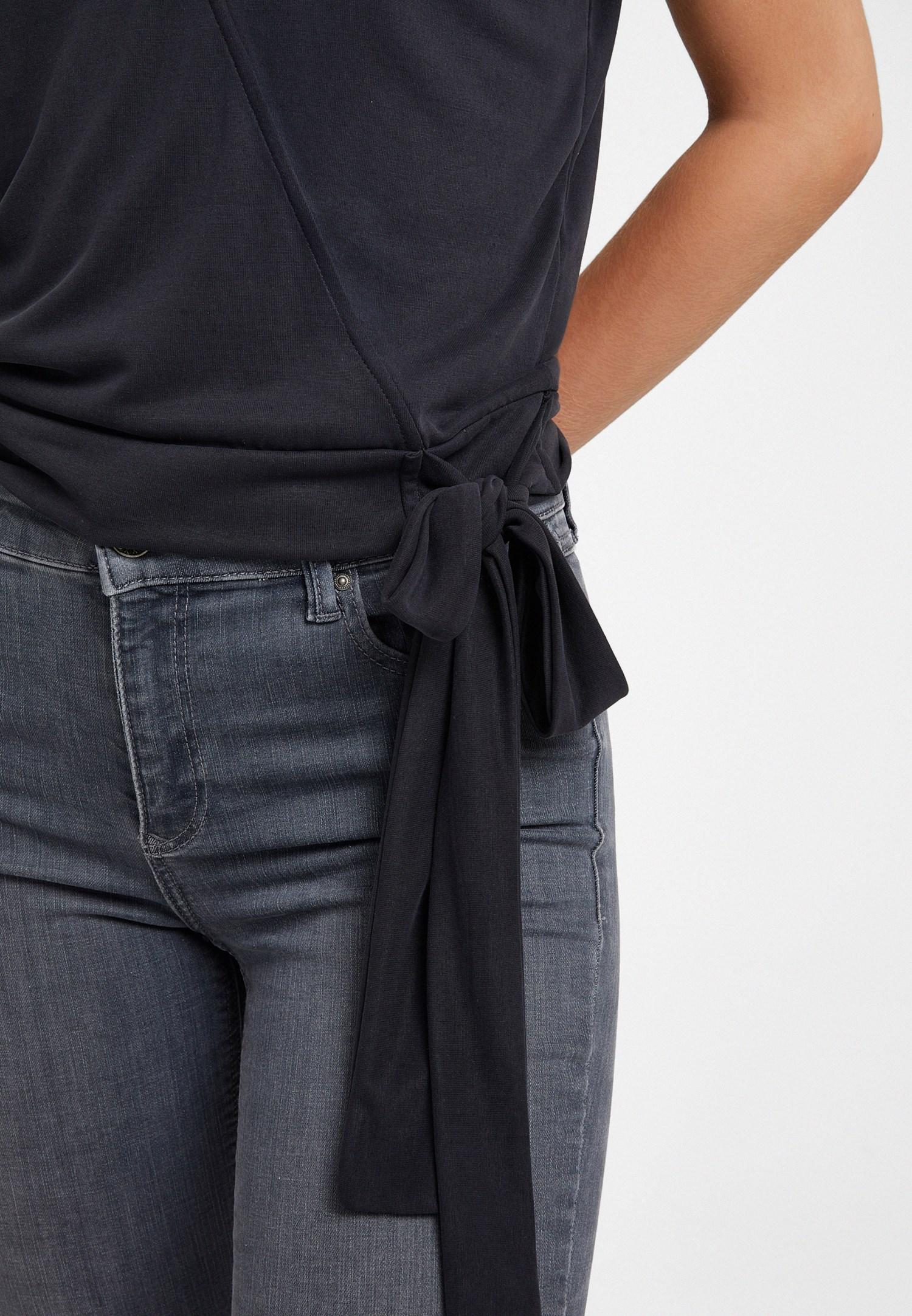 Bayan Siyah Kruvaze Yaka Bağlamalı Tişört