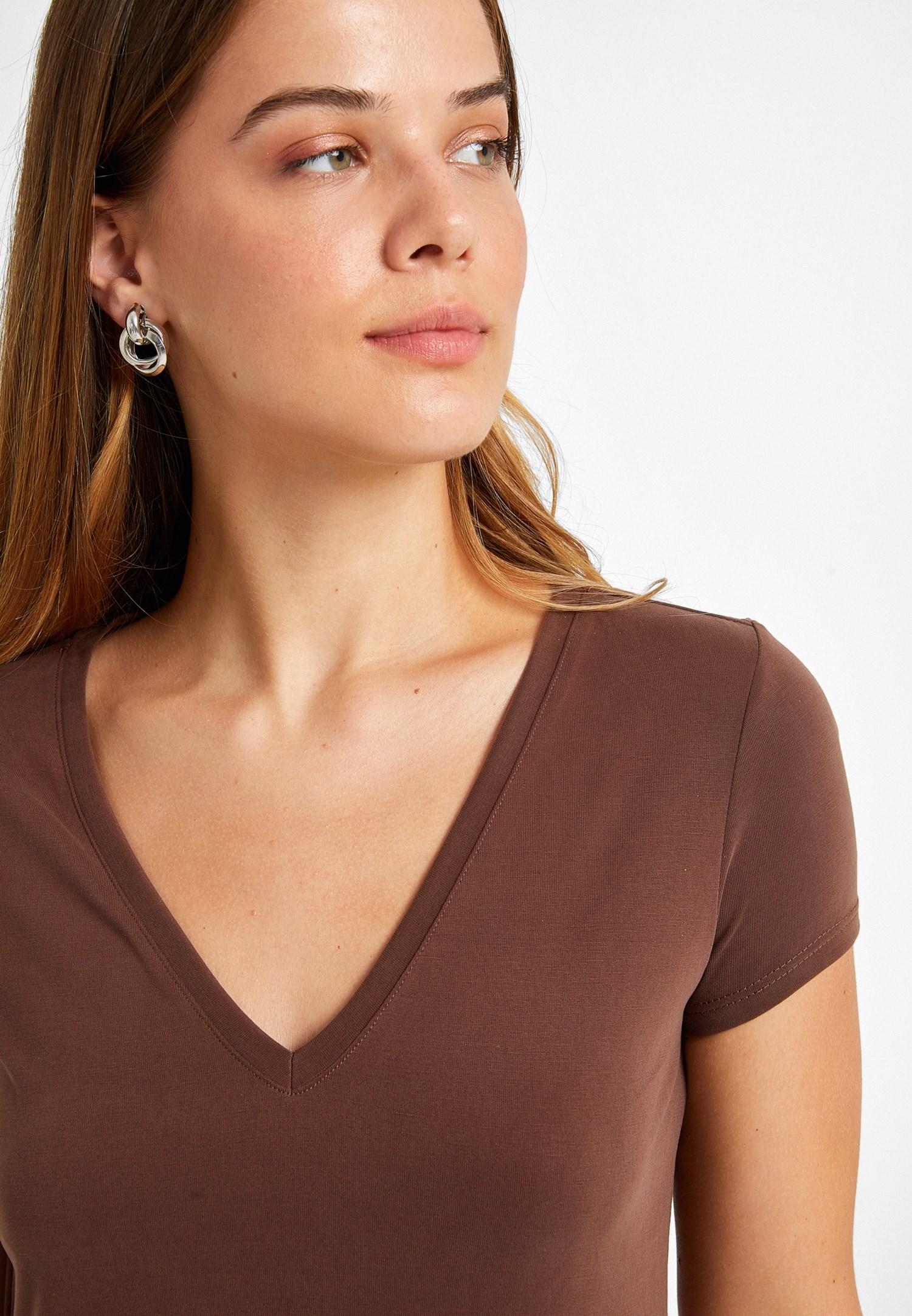 Bayan Kahverengi Yumuşak Tuşeli V Yaka Tişört