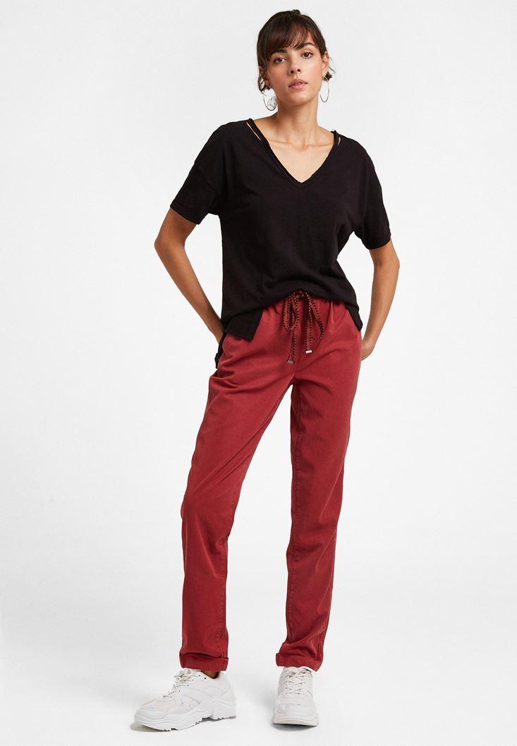 V Yaka Kesikli Tişört ve Bağlamalı Pantolon Kombini