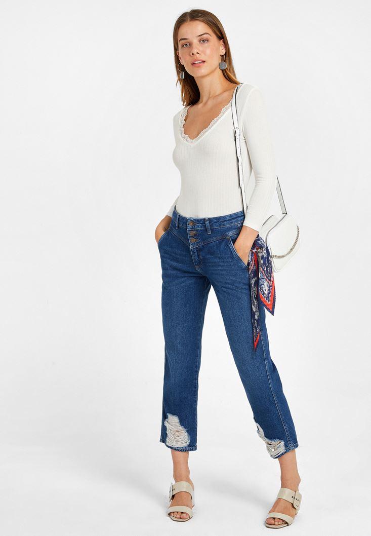Dantel Detaylı Uzun Kollu Tişört ve Düğme Detaylı Mom Jean Kombini