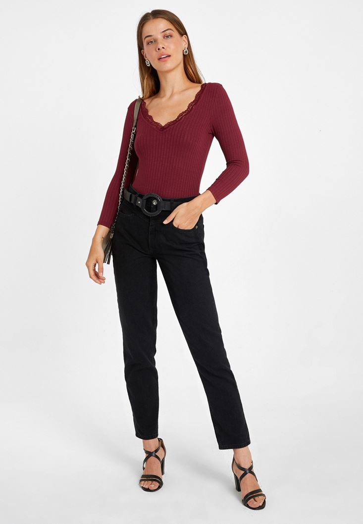 Dantel Detaylı Uzun Kollu Tişört ve Yüksek Bel Mom Jean Kombini