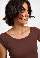 Bayan Kahverengi Kayık Yaka Kısa Kollu Tişört