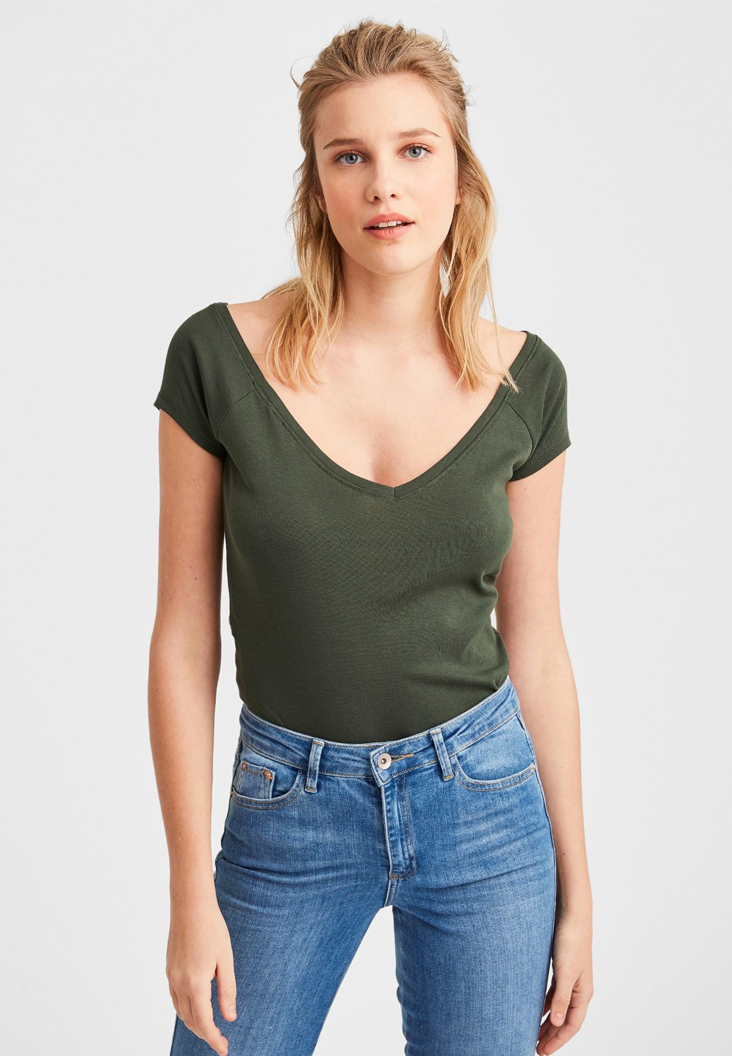 Bayan Yeşil Biye Detaylı V Yaka Tişört