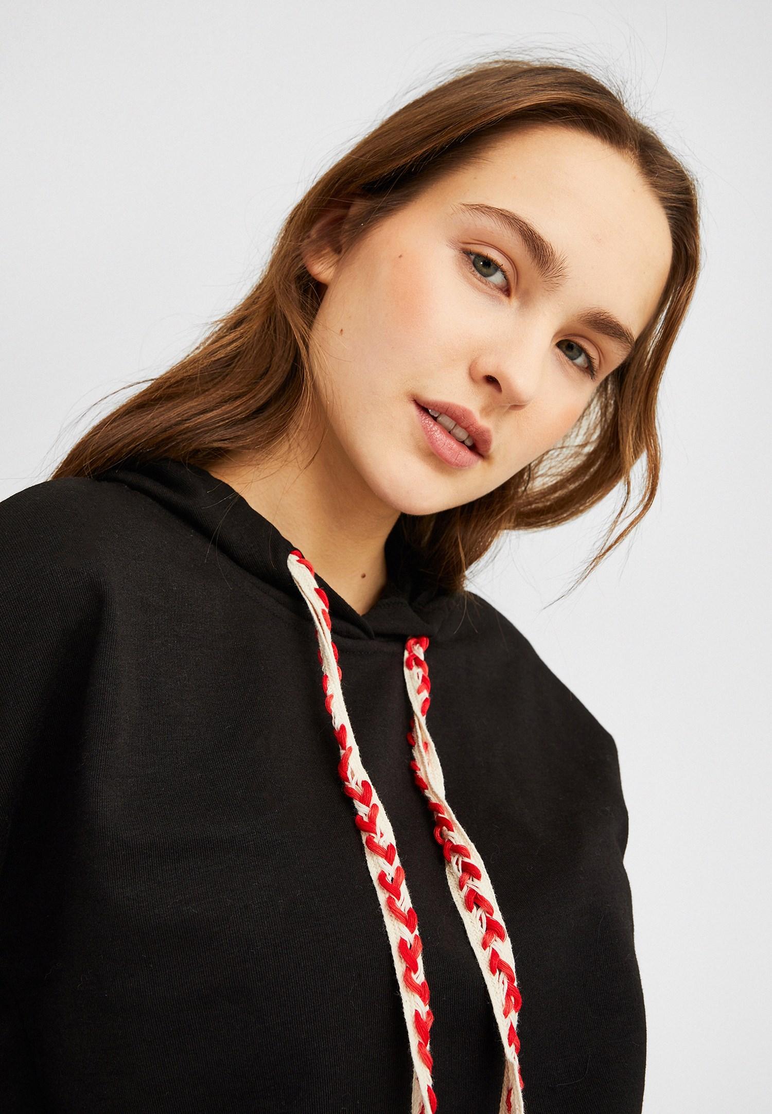 Bayan Siyah Kapüşonlu Kısa Sweatshirt