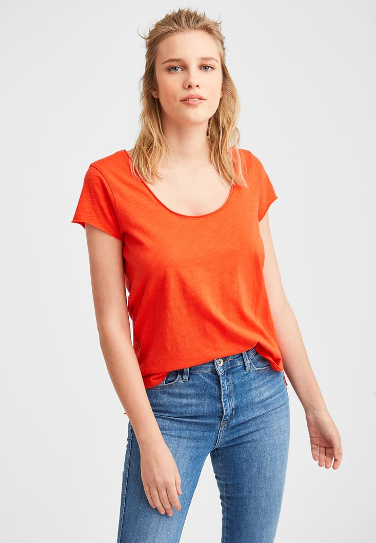Red Basic T-shirt with U Neck Details