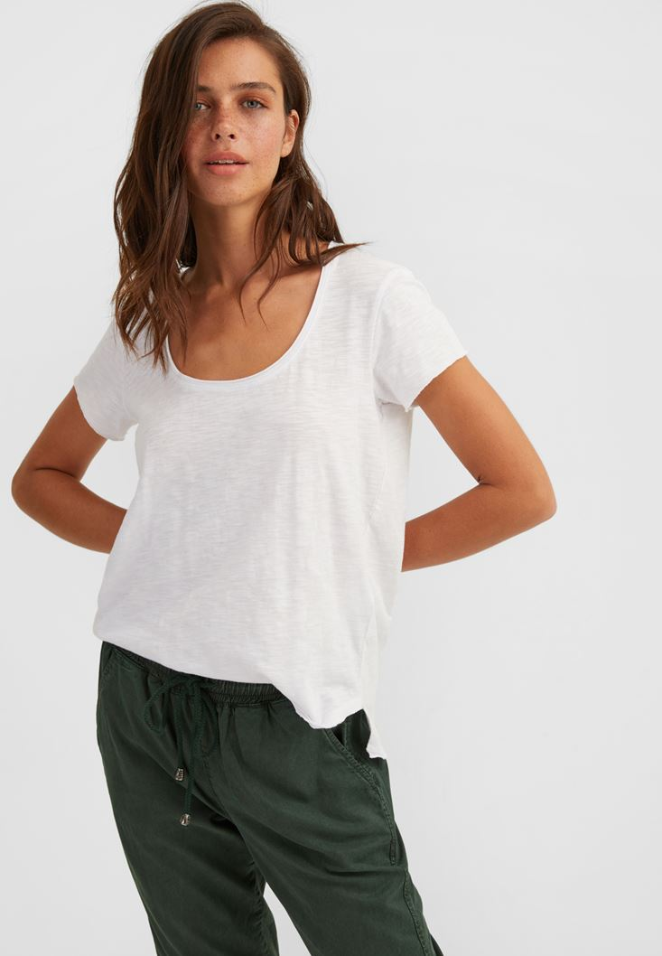 White Basic T-shirt with U Neck Details