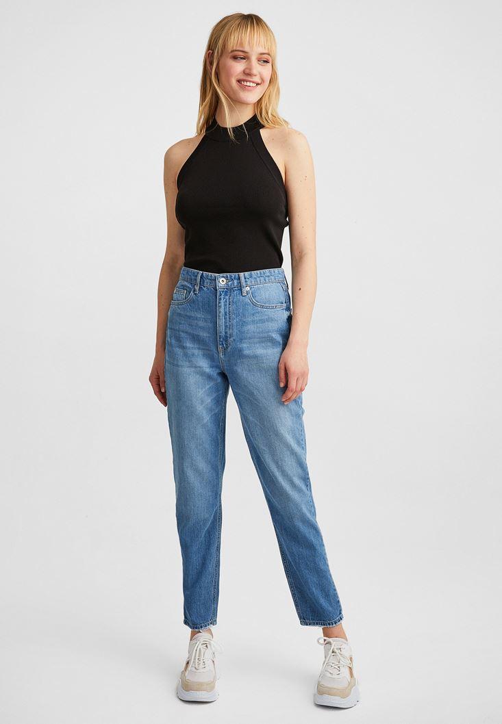 Mom Jeans ve Halter Yaka Atlet Kombini