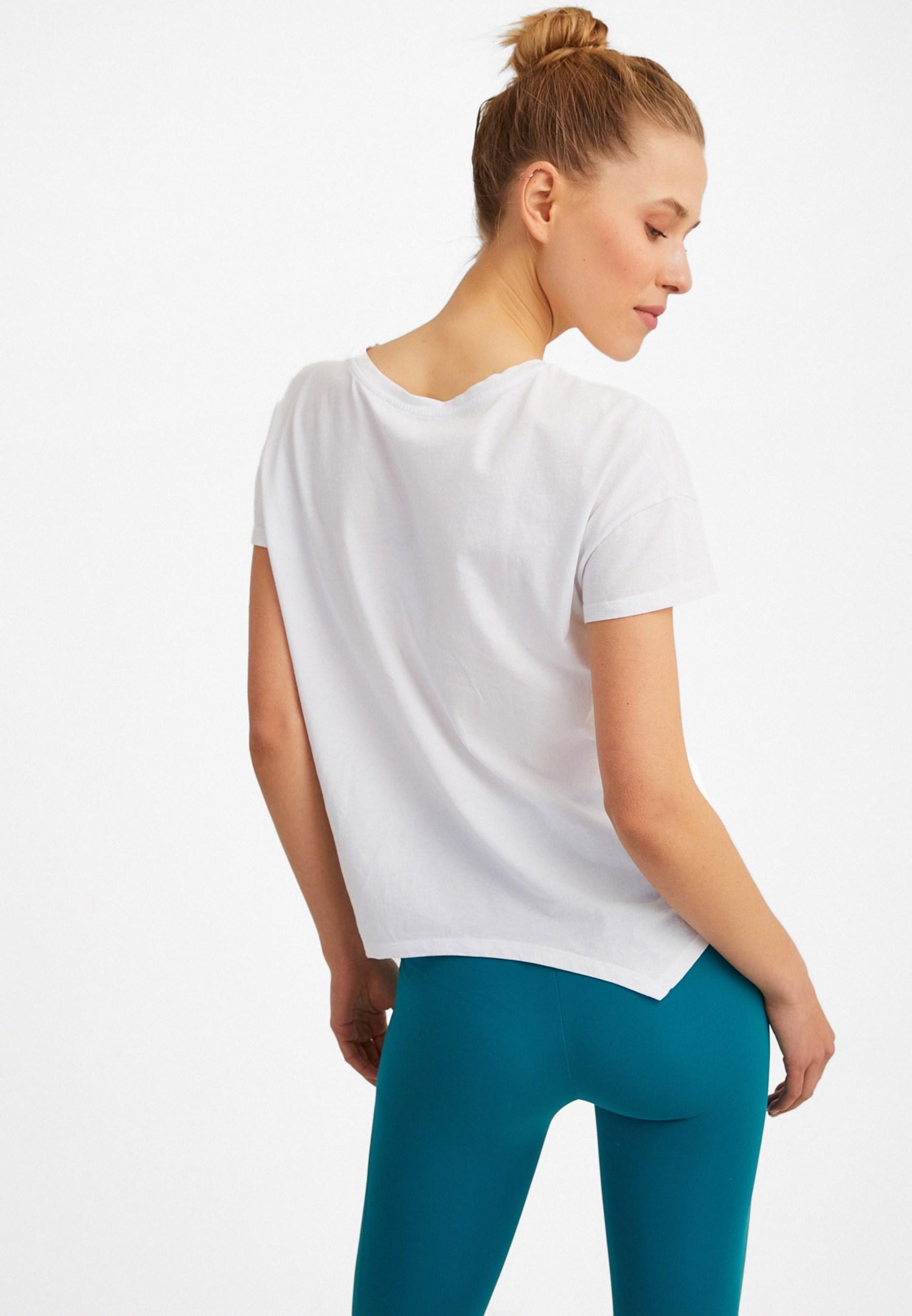 Bayan Beyaz Slogan Detaylı Asimetrik Tişört